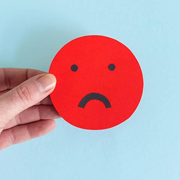 Imagem de cara triste representando o desconforto com a pele sensível