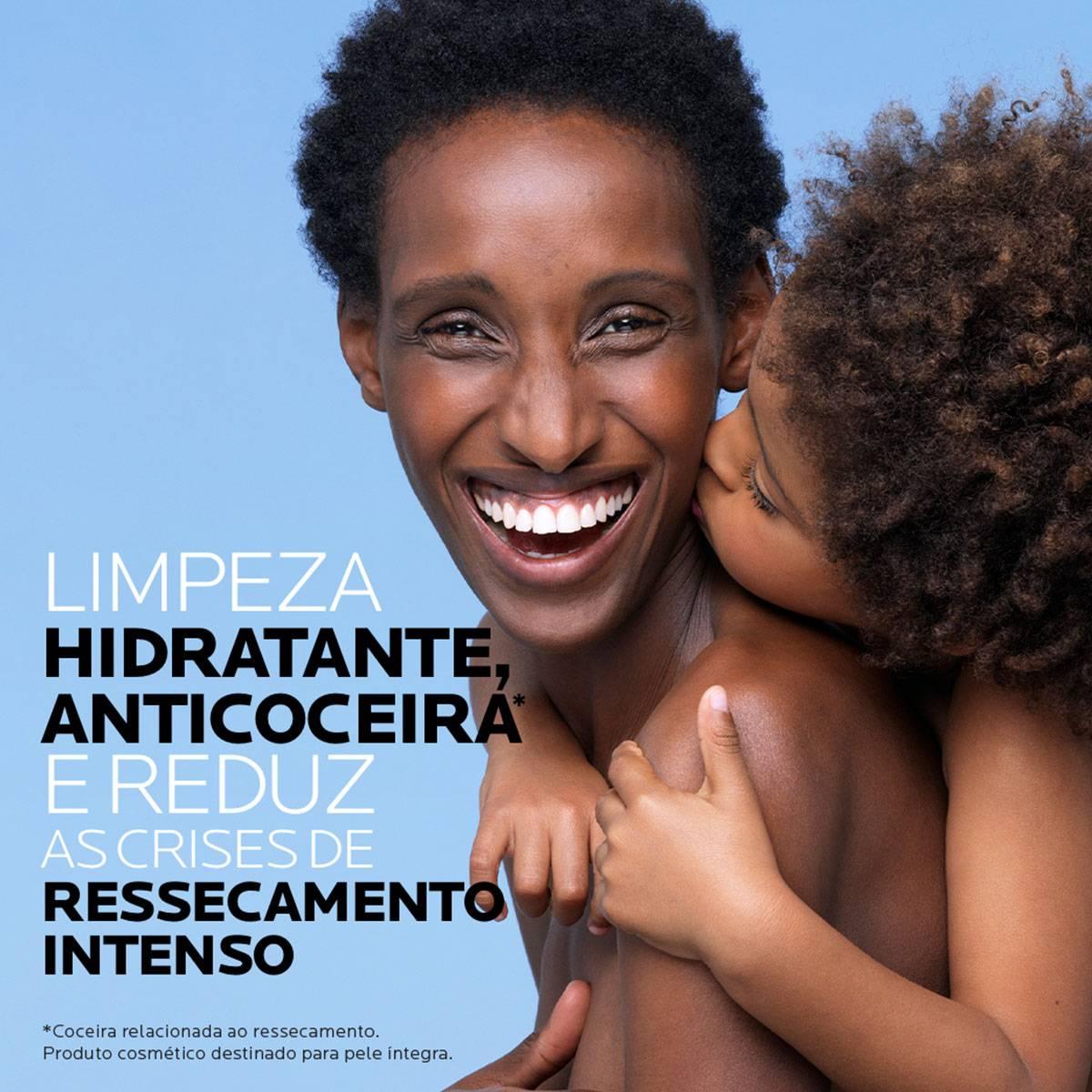 Modelo com criança nas costas do novo Lipikar Cleasing Oil AP+ 400ml | La Roche-Posay