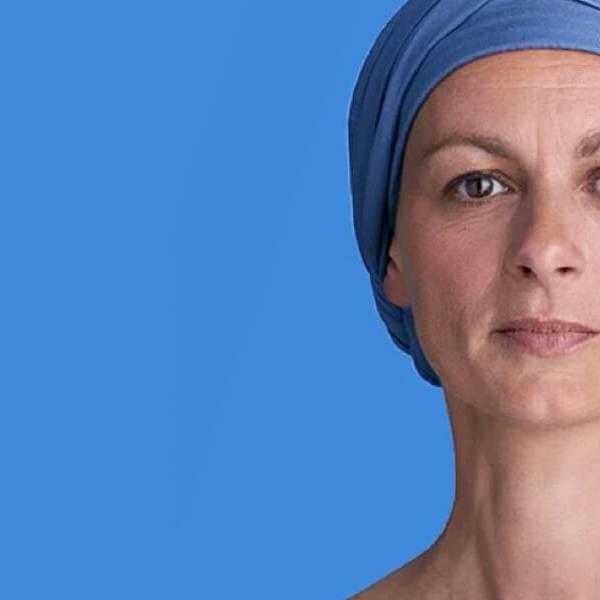 Modelo representando artigo sobre cuidados com a pele e couro cabeludo
